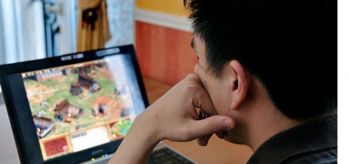 Un adolescente chino utilizó un cuchillo de cocina para cortar su mano izquierda. El joven 19 años conocido sólo por su apellido Wang, cortó su mano para...