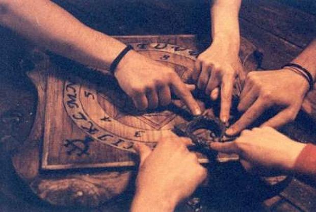 Seguro que habrás escuchado en muchas ocasiones hablar sobre el famoso juego de la Ouija, el mismo que consiste en poner las manos sobre una pequeña plataforma que se desplaza lentamente sobre un tablero, movida por alguna fuerza sobrenatural y misteriosa.